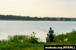 У некаторых затоках Котры не відаць дохлай рыбы, там вудзяць рыбакі. Каля вёскі Сілічы
