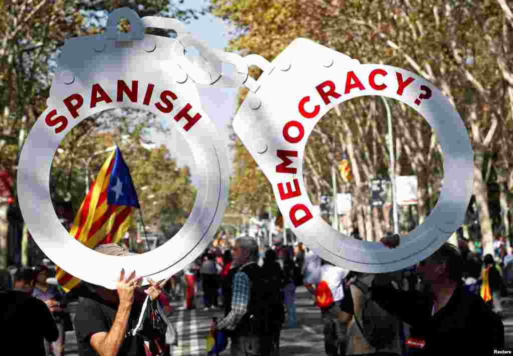 Після цього уряд Іспанії висунув Каталонії ультиматум. Мадрид вимагав пояснити: оголосила Каталонія незалежність чи ні