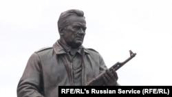 Памятник Михаилу Калашникову в Москве