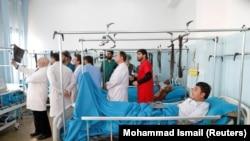 Врачи и госпитализированные после атаки раненые. Кабул, 25 декабря 2018 года.