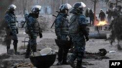 Өртенген киіз үйдің орнын жинастырып жүрген полицейлер. Жаңаөзен, 18 желтоқсан 2011 жыл.