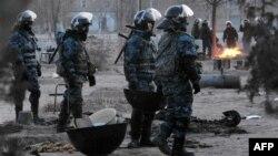 Жаңаөзен оқиғасынан кейін қалада жүрген полиция. 18 желтоқсан 2011 жыл. (Көрнекі сурет)