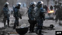 Жаңаөзен қаласындағы полиция жасағы. Маңғыстау облысы, 18 желтоқсан 2011 жыл.