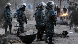 Полицейские стоят на площади в Жанаозене 18 декабря 2014 года.