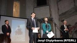 """Шерзод Аскаров (солдон экинчи) Прагадагы салтанатта, солдо биринчи """"Зарыккан адамдар"""" уюмунан Шимон Панек, Прага, 8-март, 2011-ж."""