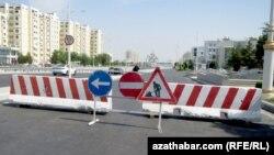 Aşgabat: Parahat -1, 2 etrapçalaryna barýan ýollar beton böwetler bilen petiklendi