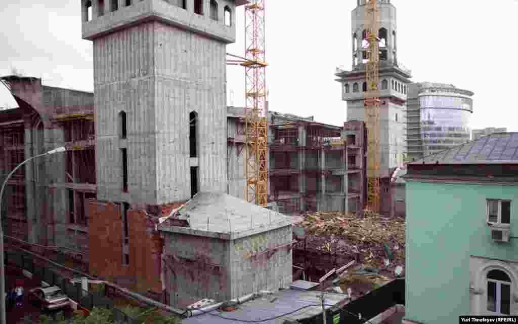 Соборная мечеть (руины в центре) мешала строительству новой большой мечети