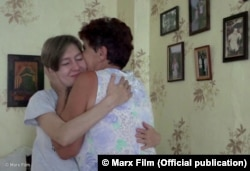 Наталія Каплан та мати Олега Сенцова. Кадр з фільму «Процес»