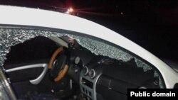 Разбитое окно автомобиля Лукпана Ахмедьярова, гражданского активиста из Уральска. Западно-Казахстанская область, 12 ноября 2015 года.