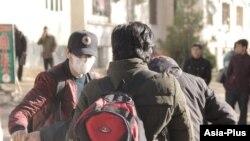Душанбе көшесінде бетіне маска тағып жүрген адамдар. Көрнекі сурет.