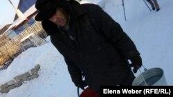 Су тасып жүрген қарт. Теміртау, 20 желтоқсан 2012 жыл.