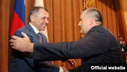Владимир Константинов (л) поздравляет Сергея Аксенова с избанием на пост «главы» Крыма
