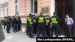 პოლიცია ბათუმის საკრებულოსთან