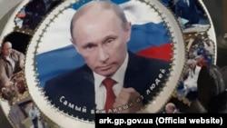 Тарелка с Путиным, найденная у гражданина Украины
