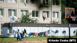 A vámosszabadi nyitott menekülttáborban ruhákat teregetnek mindenhova, ahova lehet, még 2015. június 30-án.