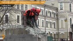 У Харкові відновлюють пошкоджену вибухом стелу з прапором України