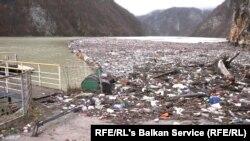 Босна и Херцеговина - Пластични шишиња, дрвени штици, 'рѓосани буриња и друго ѓубре што ја затнува реката Дрина.