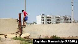 Байқоңырға Ақай ауылының тұсындағы бетон қабырғадан секіріп кіріп жатқандар да кездесті. Қызылорда облысы, 14 шілде 2013 жыл.