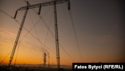 Илустративна фотографија. Косово - Чад од косовските електрани на јаглен во Обилиќ, во близина на Приштина. Северна Македонија периодов набави јаглен од Косово за производство во РЕК Осломеј.