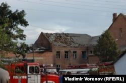 Обвалений дах спортзалу, де утримувалися заручники і пошкоджена покрівля школи. Беслан, 3 вересня 2004 року