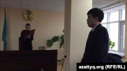 Судья Есильского районного суда Эльмира Мырзатаева и главный специалист департамента юстиции Нур-Султана Алишер Тагайбек во время оглашения решения. Нур-Султан, 26 февраля 2020 года.