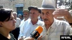 RFE/RL reporter Malahat Nasibova interviews locals in Nehrem, Nakhichevan, August 2008