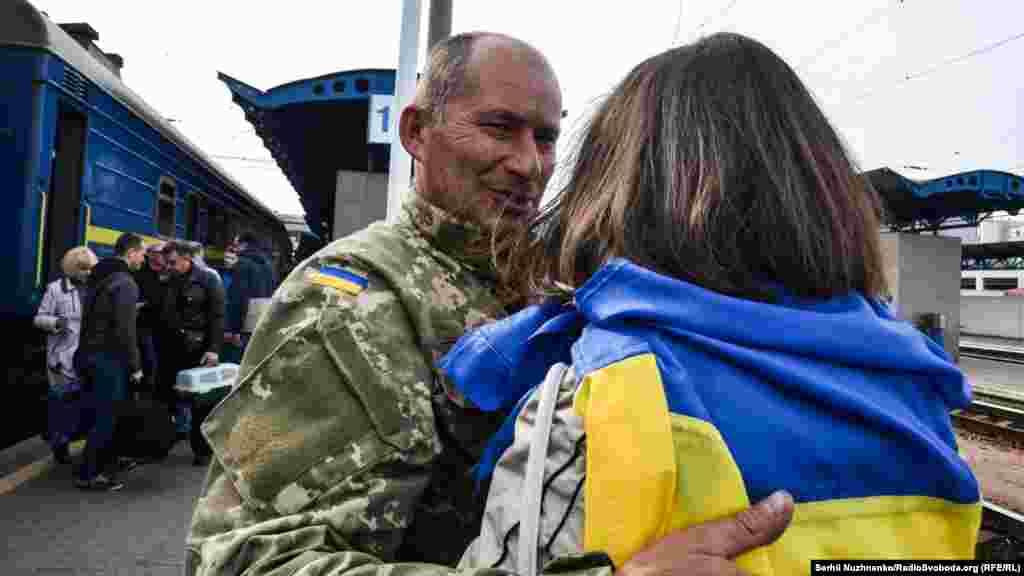 46-річний Леонід з Києва разом із сестрою на залізничному вокзалі. Воював у 128-й окремій гірсько-піхотній бригаді. В мирному житті – слюсар
