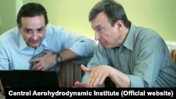 Anatolij Gubanov (jobbra) magyaráz az ismeretlen dátumú képen.