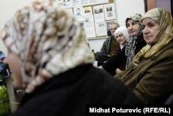 Босния мен Герцеговинада теледидардан Караджичтің сотын көріп отырған мұсылман әйелдер. Сараево, 24 наурыз 2016 жыл.