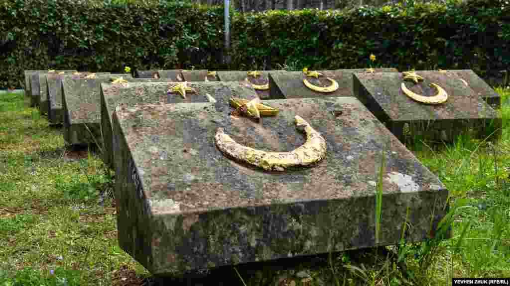 Рядом с памятником – собирательный некрополь