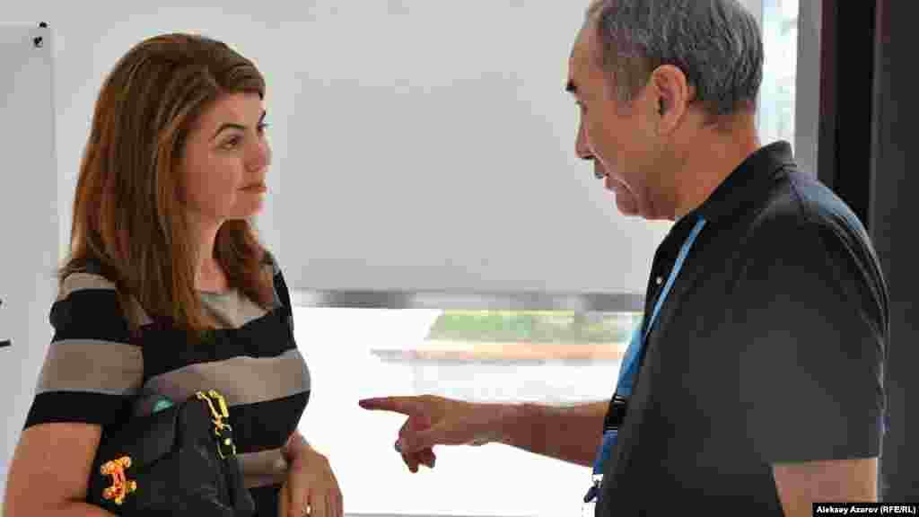 Продюсер Анна Качко (Германия – Россия) беседует с блогером из Астаны. Анна Качко – один из руководителей бизнес-площадки Eurasia spotlight кинофестиваля и член международного жюри конкурса короткометражных фильмов.