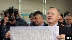 بر اساس نواقص موجود در انتخابات سال ۲۰۰۴، دستگاه قضايی اوکراين، حکم برگزاری دور سومی برای آن انتخابات را صادر کرد.(عکس: epa)