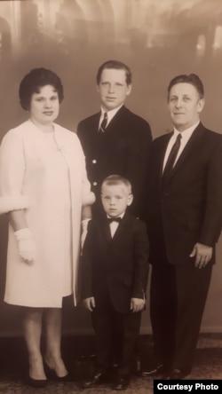 Міхась Кавыль зь сям'ёй. Пачатак 70-х гадоў.