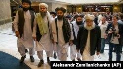 ملا عبدالغنی برادر (دوم از راست)، رهبر سیاسی طالبان از ابتدا در این مذاکرات شرکت داشته است