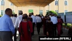 Türkmenistanyň garaşsyzlyk ýyllarynda ýokary okuw jaýlarynyň köpüsinde daşary ýurt dilleri boýunça fakultetler ýapyldy.