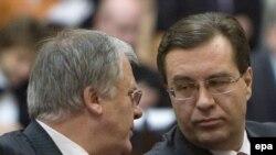Dumitru Diacov vorbind cu Marian Lupu în timpul sesiunii parlamentare trecute