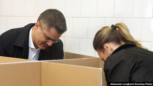 Neuspeh na granici debakla: Vuk Jeremić sa suprugom Natašom