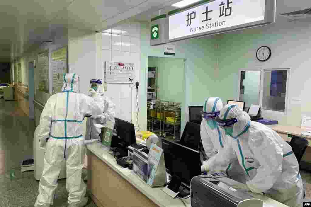Так же одет и медперсонал в больнице «Чжуннань» в Ухане. 22 января 2020 года.