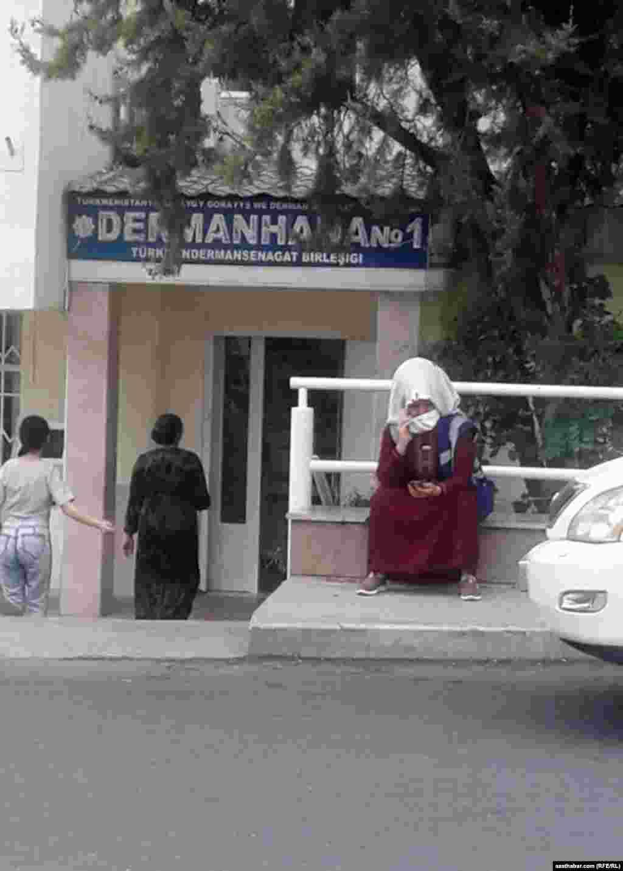 Возле аптеки. Ашхабад, август, 2020.