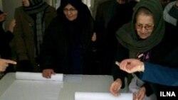 معلمان در حال امضای طوماری که ۱۳ متر شده است