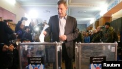 А.Захарченко Донецк шаҳридаги сайлов участкасида овоз берди.