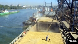 Russia -- A cargo ship loaded with wheat, 15Sep2004