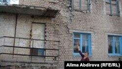 Құлағалы тұрған үйде де адамдар тұрады. Қазақстан, Шәмші Қалдаяқов атындағы ауыл, 22 қазан, 2010 жыл.