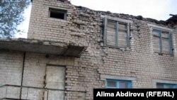 Разваливающийся дом в ауле имени Шамши Калдаякова. Актюбинская область, 22 октября 2010 года.