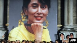 France - French cultural personalities attend a silent gathering to support Myanmar detained opposition leader Aung San Suu Kyi in front of the Paris city hall, 06Oct2009