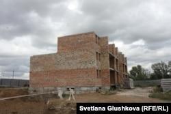 «АльБаракат компани» салып жатқан «Прага» тұрғын үй кешенінің құрылысы бітпеген нысандарының бірі. Астана, 12 тамыз 2015 жыл.