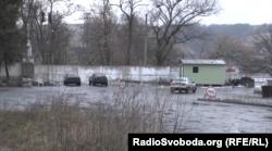 Між Донецьком і Луганськом вже не перший рік стоять дерев'яні вагончики, де перевіряють паспорти і ведуть огляд автомобілів