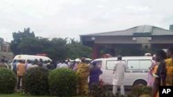 Pamje e grupit të njerëzve para spitalit në kryeqytetin Abuxha në Nigeri