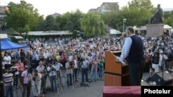 Armenia - Opposition leader Raffi Hovannisian addresses supporters in Yerevan's Liberty Square, 23Aug2013.