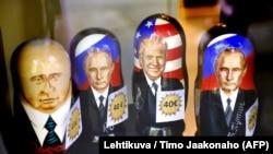 Матрешки с изображением президента России Владимира Путина и президента США Дональда Трампа в витрине книжного магазина. Хельсинки, 9 июля 2018 года.